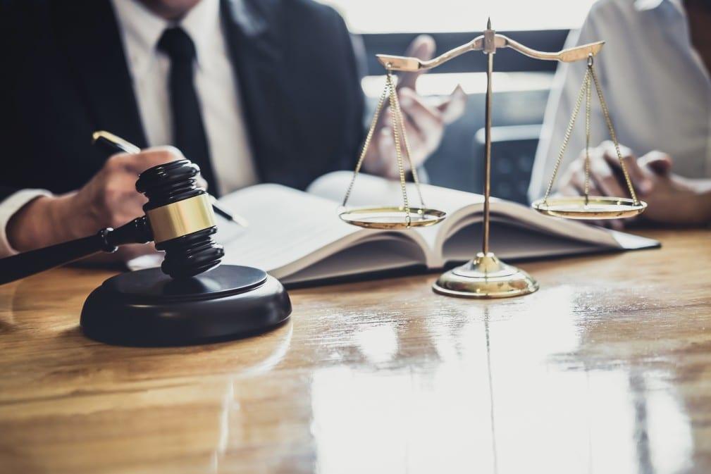 pensão alimentícia - advogado conversando com uma pessoa