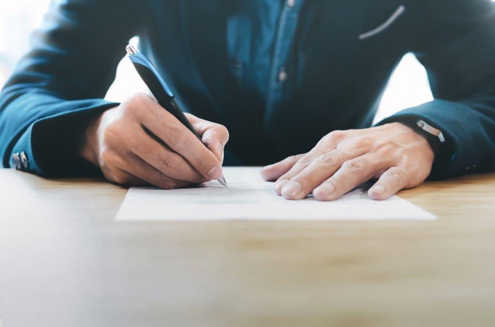 contratos de prestação de serviço - homem assinando um contrato