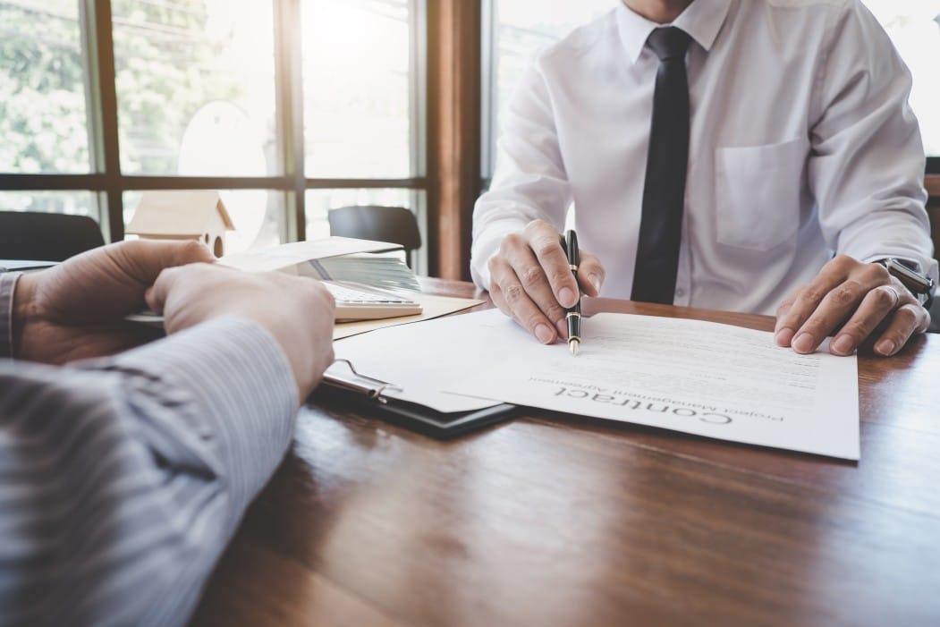 contrato de compra e venda de imóvel - homem assinando um contrato