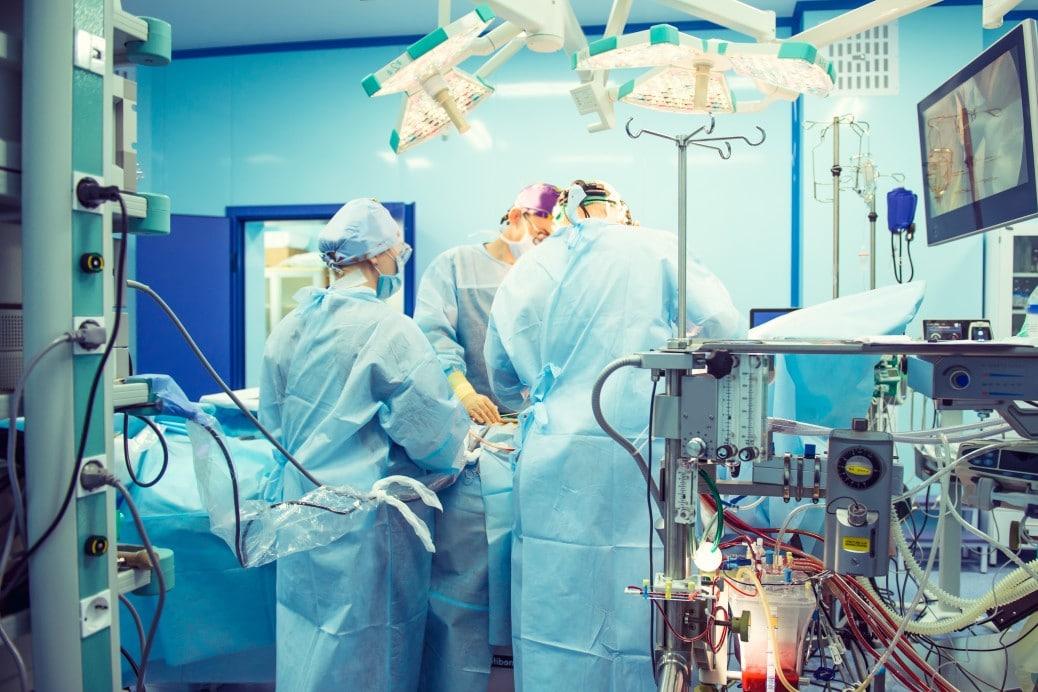 direito médico: gerenciamento de risco - médicos realizando uma cirurgia