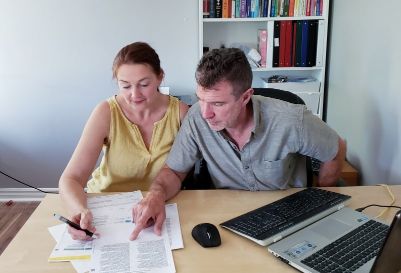 documentos para saque do fgts - casal olhando documentos