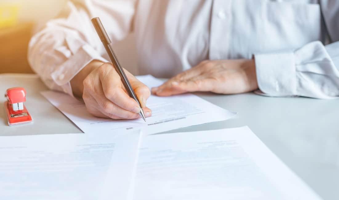 Planejamento sucessório - homem assinando documento