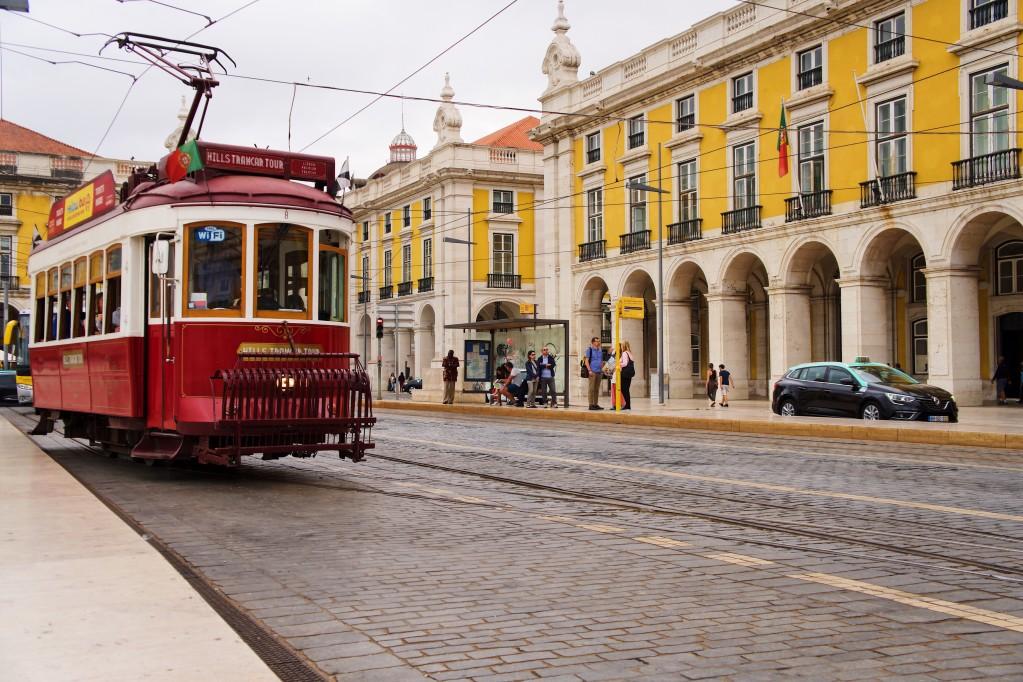 beneficios da cidadania portuguesa - bonde nas ruas de Lisboa
