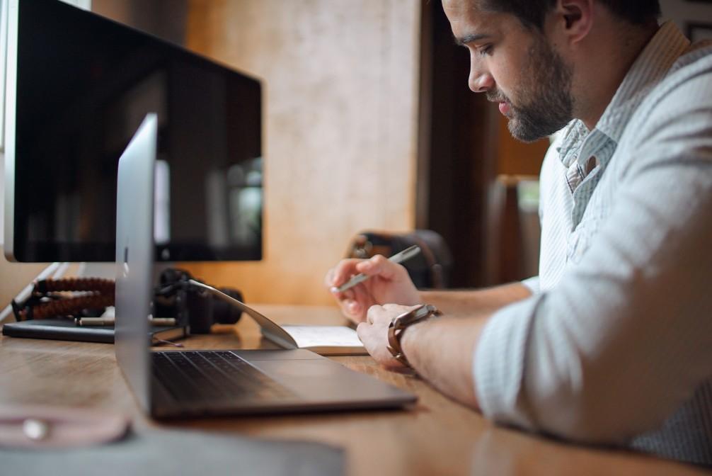 Pejotização - homem trabalhando com notebook